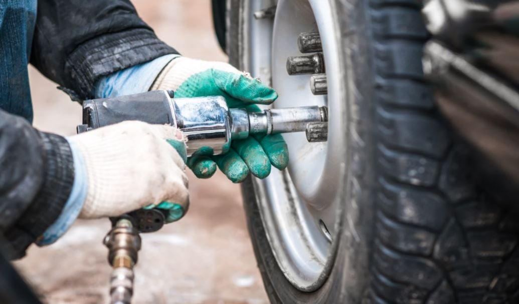 ¿Cómo cambiar la rueda de un coche?