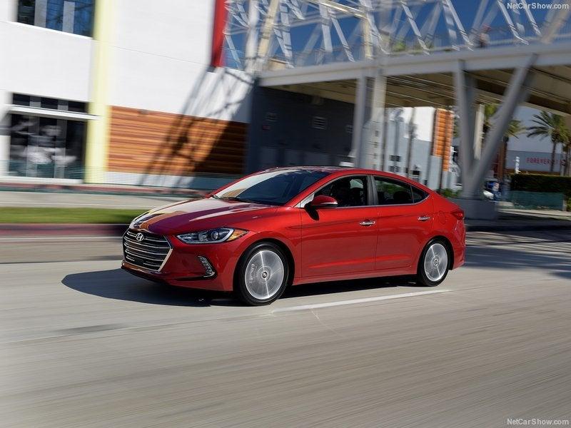 Hyundai Elantra: lateral