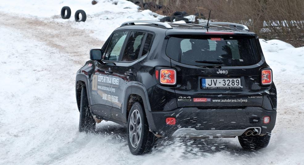 Jeep Renegade vista posterior nieve