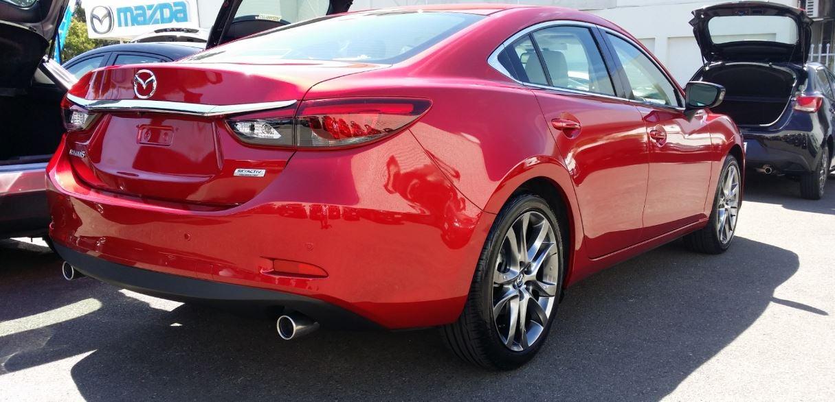 Vista posterior del nuevo Mazda 6 rojo