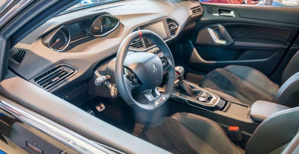 vista del interior del coche peugeot 308 GTi