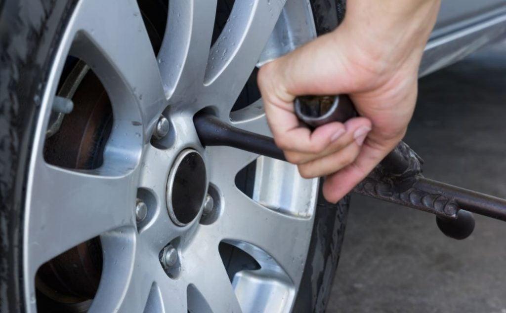 ¿Cómo cambiar una rueda tras un pinchazo?
