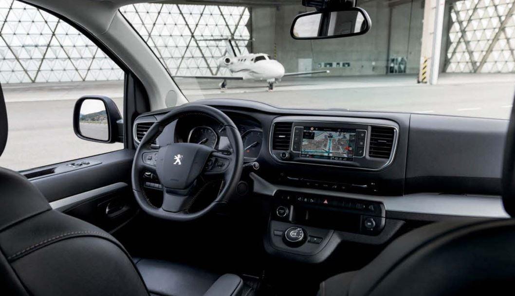 Puesto de conducción del Traveller Peugeot Business.