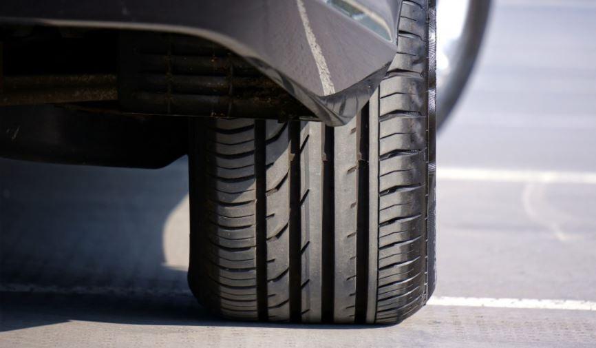 Presión correcta de los neumáticos para la seguridad en carretera, coche, rueda