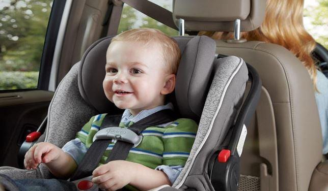 Bebe con la silla de seguridad en el coche.