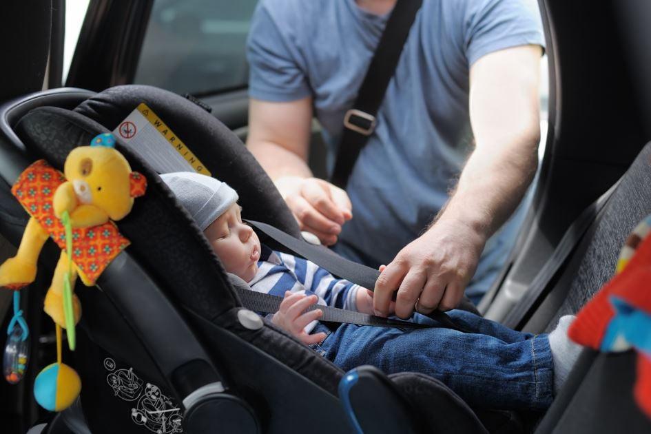 Bebe cumpliendo la normativa legal en seguridad vial infantil.