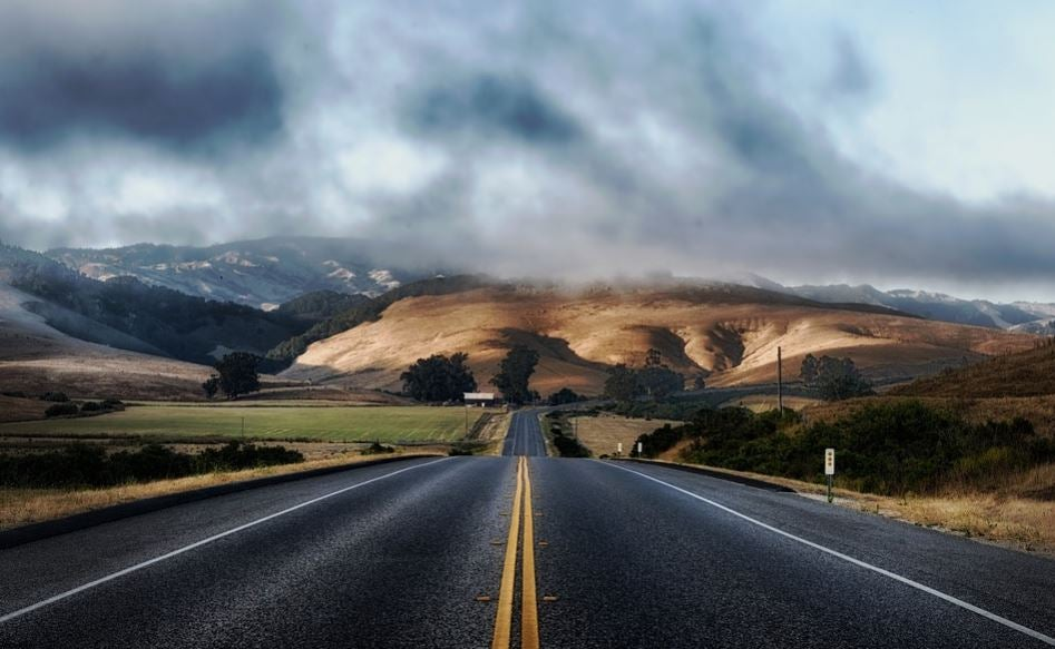 Carretera larga en bajada.
