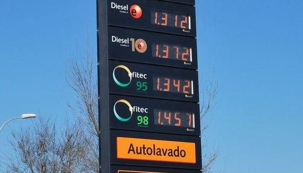 ¿Es perjudicial repostar en gasolineras baratas?