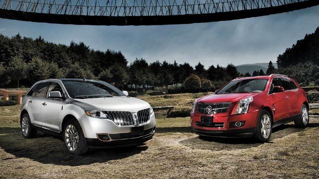 Dos coches SUV americanos.