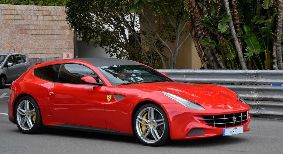 Ferrari FF color rojo.