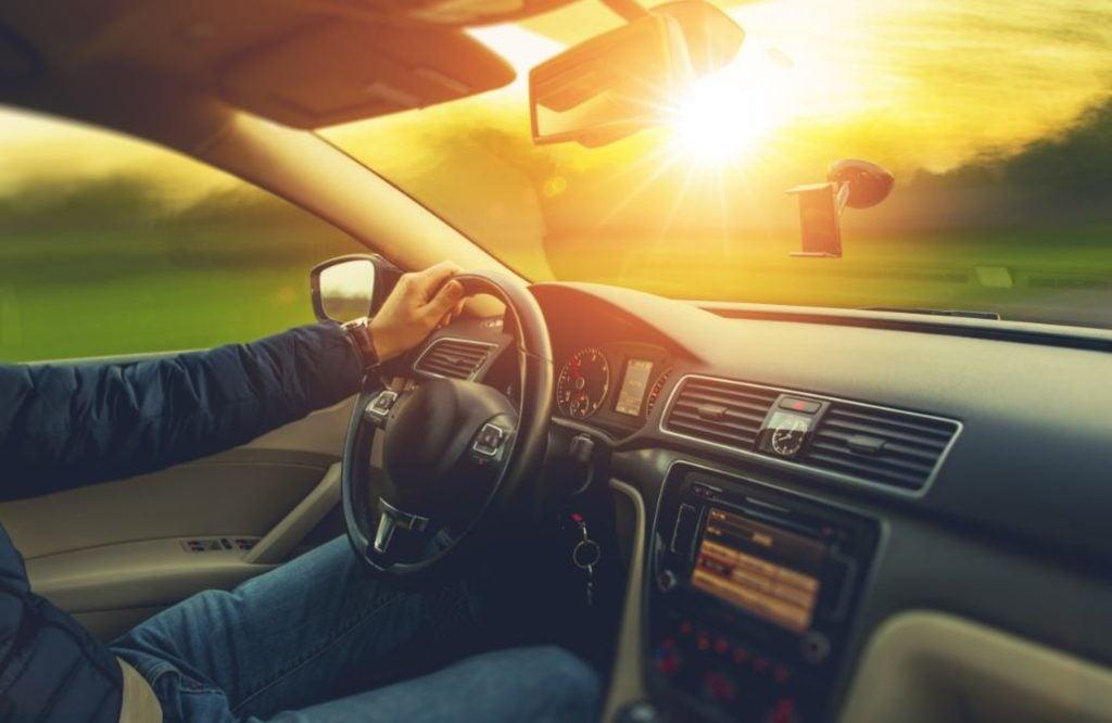 6 precauciones que debes tener al conducir al atardecer