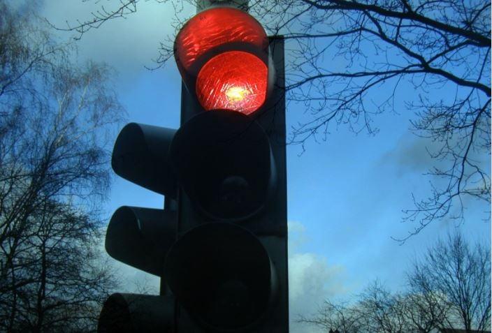 Cómo recurrir una multa de semáforo rojo.