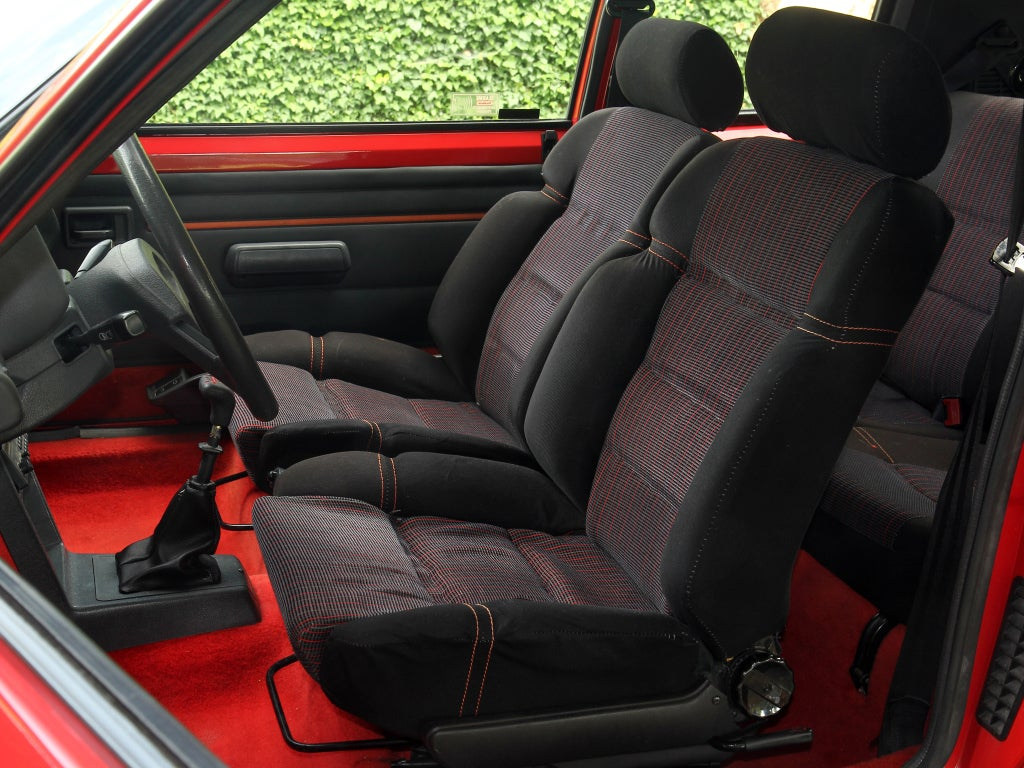 Peugeot 205 GTI: habitáculo