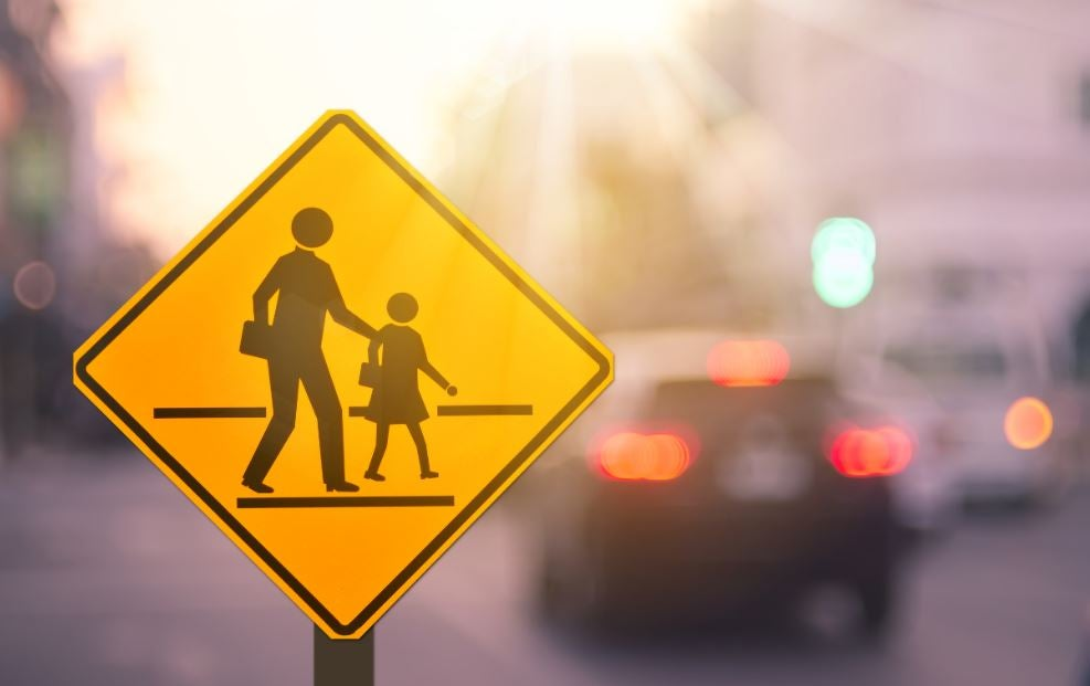 Señal de tráfico de colegio cercano.