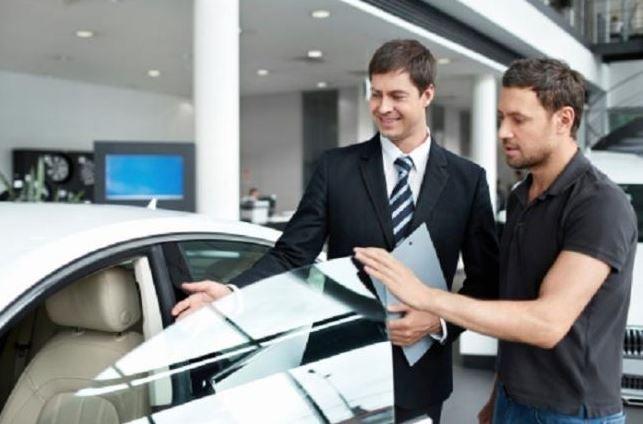Un chico comprando un coche nuevo.