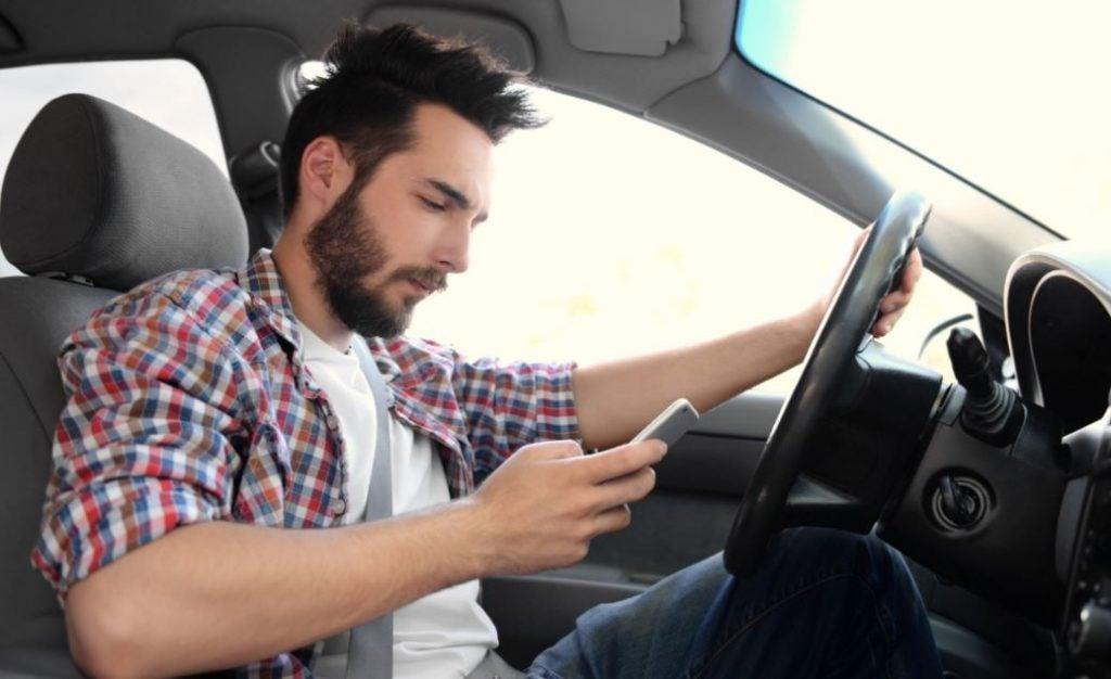 Uso del móvil al volante: precauciones y consecuencias