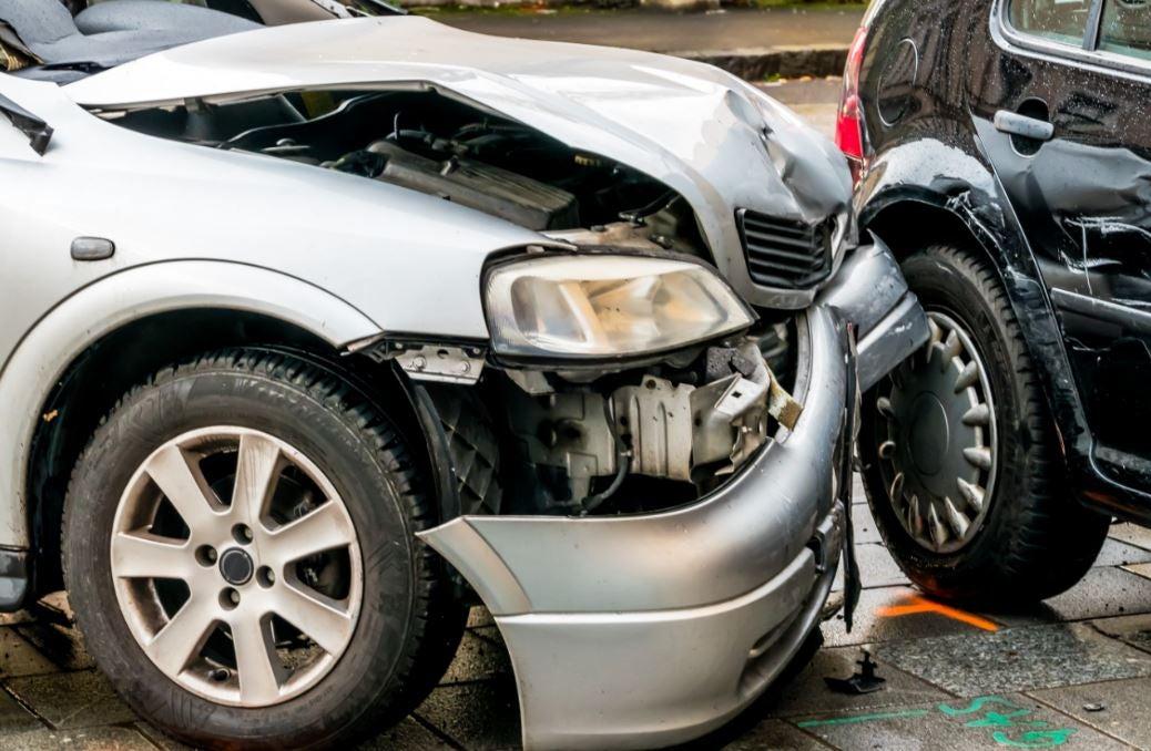Choque de dos coches con graves daños.