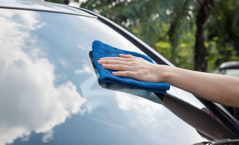 Limpiar cristal del coche.
