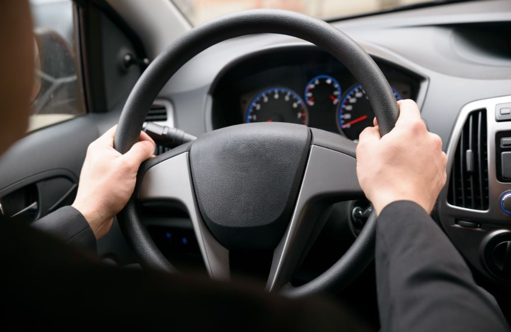 Es importante mantener las dos manos en el volante