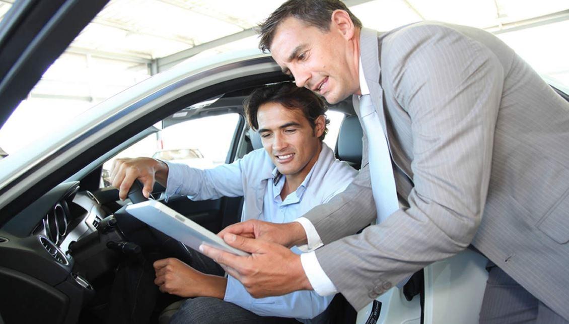Hombre mirando un coche antes de comprar.