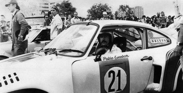 Pablo Escobar conduciendo un Porsche de carreras.