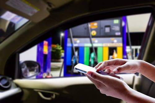 Usar móvil en gasolinera