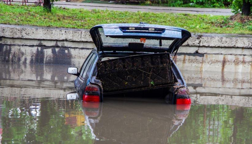 Qué pasa si se inunda un coche
