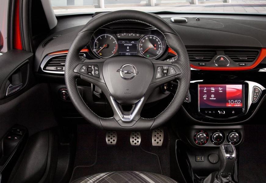 Interior del Opel Corsa.