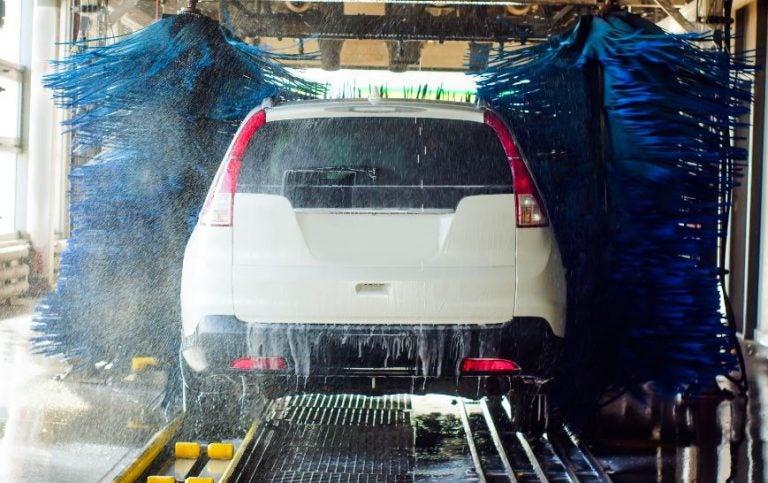 ¿Es bueno meter el coche en los rulos de lavado?