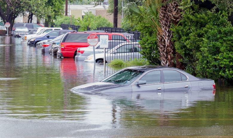 Un coche inundado.