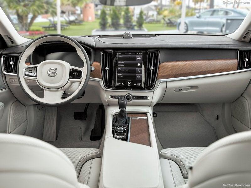 Volvo V90: interior