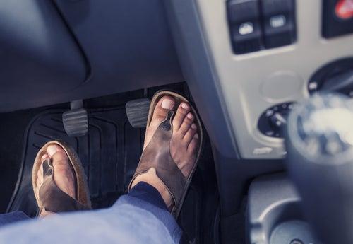 ¿Se puede conducir con chanclas en España?
