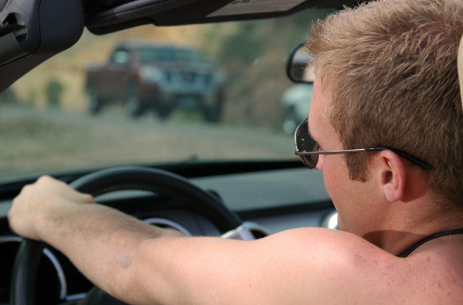 Conducir sin camiseta.