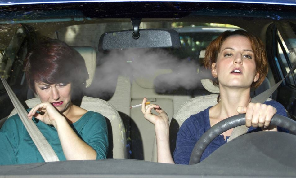 Consecuencias de fumar en el coche.