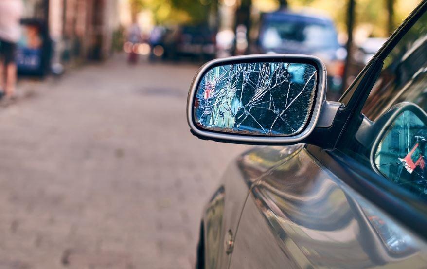 Espejo de coche roto.