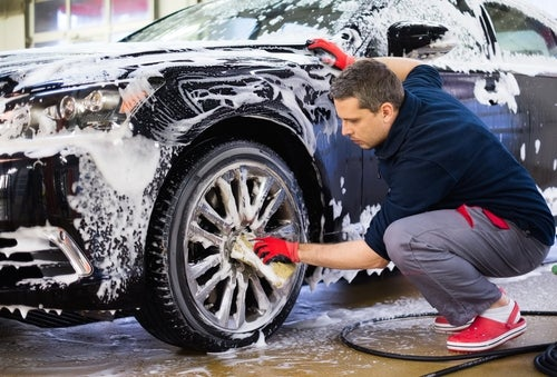 Cómo limpiar y lavar el coche de manera correcta