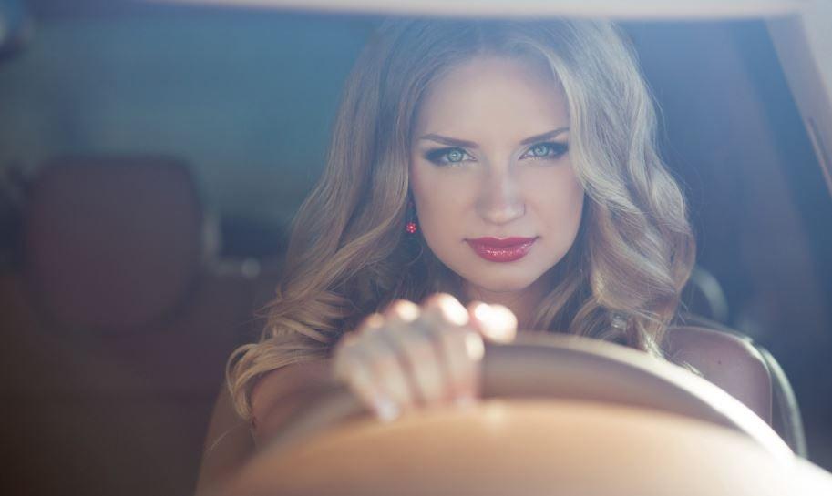Mujer al volante.