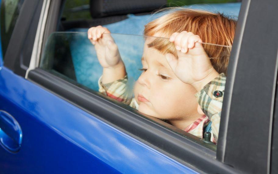 Niño aburrido en el coche.