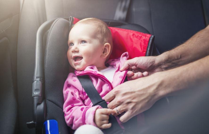 Recién nacido en un coche.
