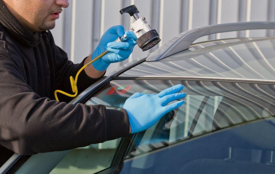 Reparar cristal del coche.