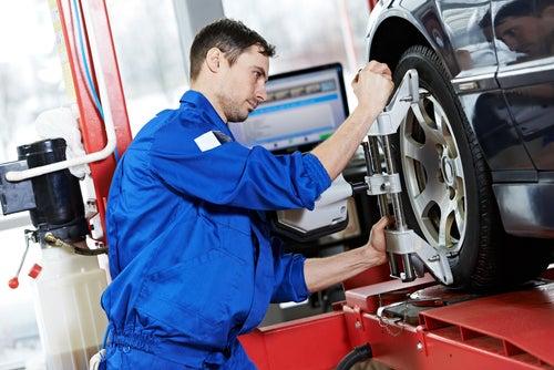 Riesgos de cambiar las ruedas delanteras por las traseras