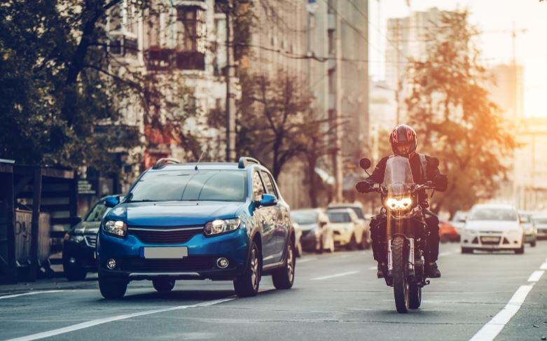Comprar una moto o un coche.
