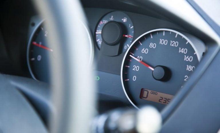 ¿Deberían de limitar la velocidad de los coches a la máxima permitida en carretera?