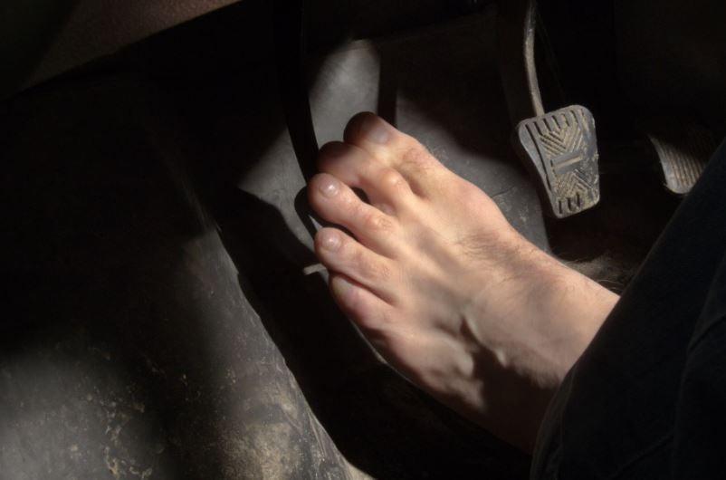 Peligros de conducir descalzo.