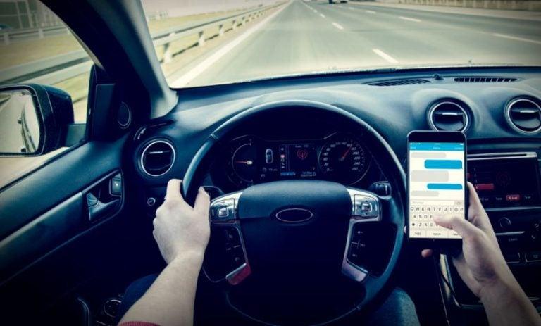 Las sanciones por usar el móvil al volante serán más duras