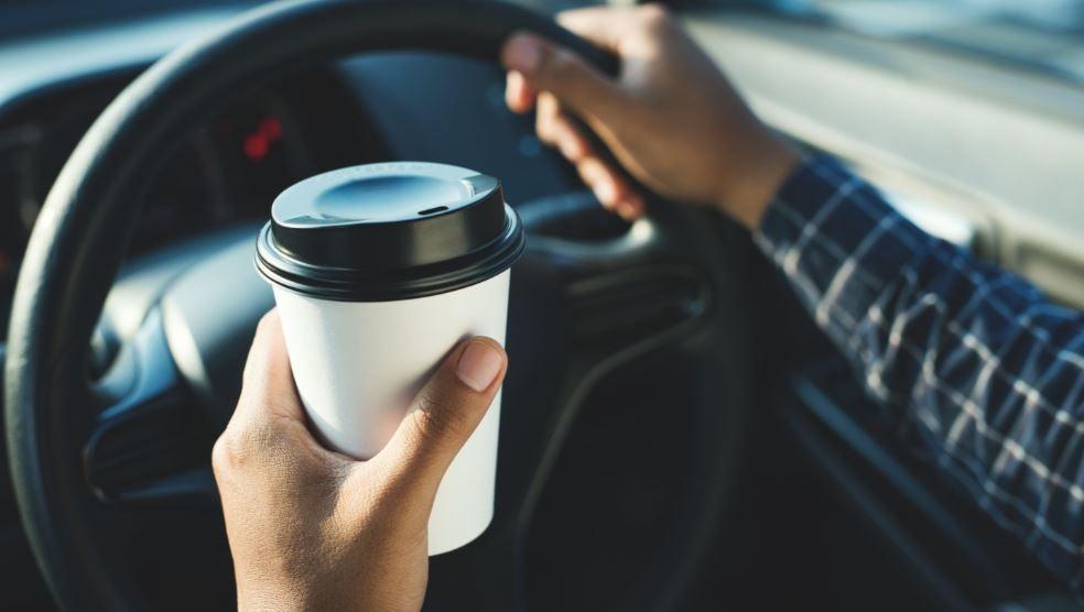 Tomar café en el coche.