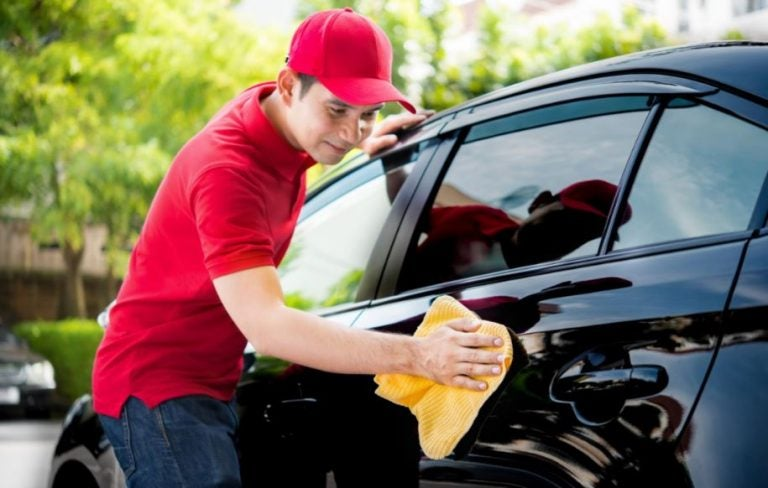 ¿Es recomendable la limpieza en seco para el coche?