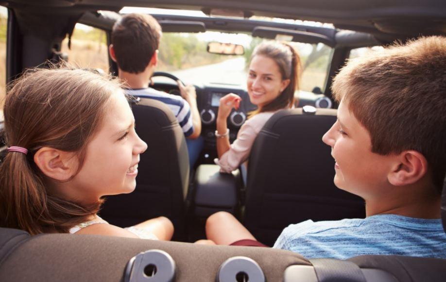 Cómo entretener a los niños en un viaje largo en coche