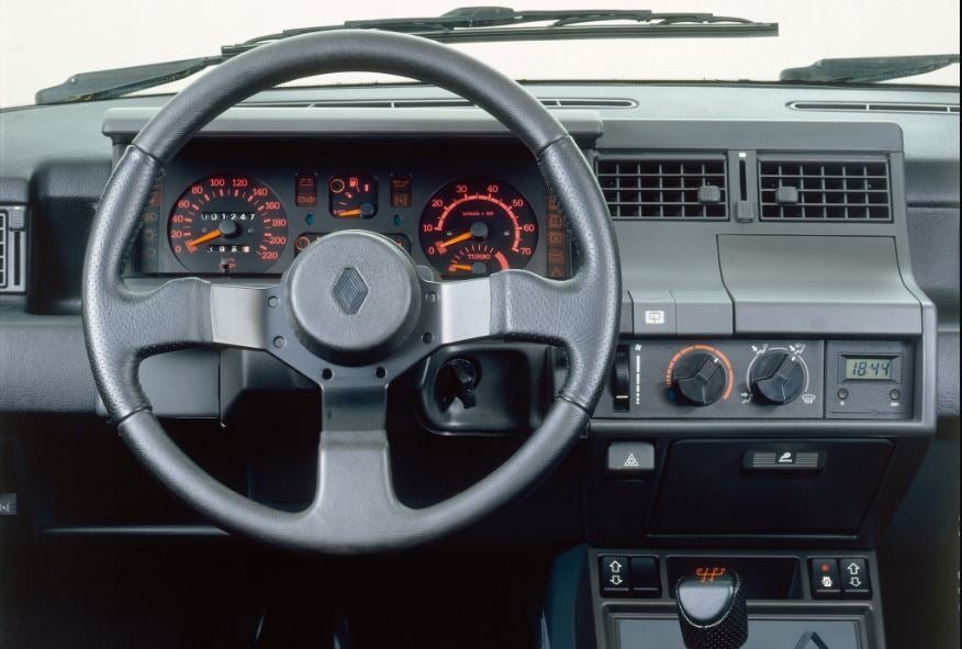 Interior del Renault 5 GT Turbo.