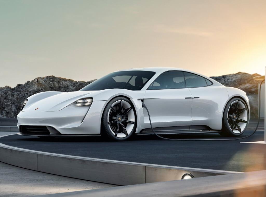 Vista de medio perfil del Porsche Mission E